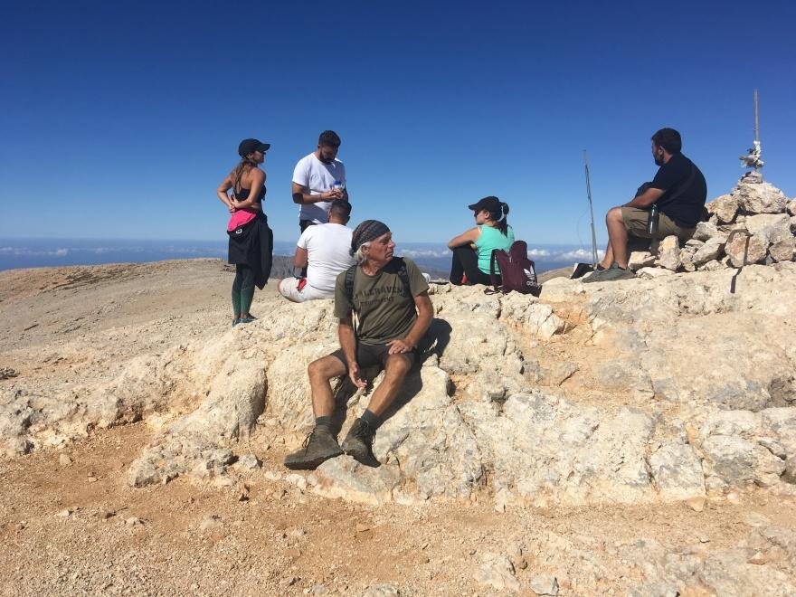 På toppen af Kretas næsthøjeste bjerg, Pachnes. Flere personer på billedet medvirker i musikvideoen, der linkes til længere nede. Foto: Thor Bjørn Kjeldbjerg
