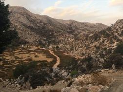 I området øst for Nida-plateauet er der mange småsletter, hvor fårene græsser –  og hvor det er ret let at finde et egnet sted at slå telt op (24. september).