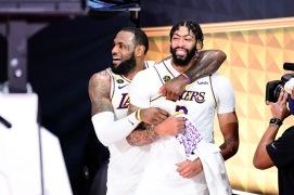 LeBron James och Anthony Davis efter Lakers vinst i NBA-finalen 2020.