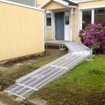 Svängd rullstolsramp med vilplan