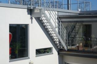 Lätt trappa av aluminium till fasad
