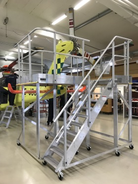 Specialbyggd plattform med sparklist för service av stjärtrotor på en av räddningstjänstens helikoptrar