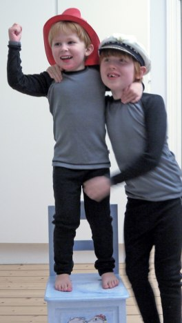 Ingen tvekan om att Kalle och Hugo gillar nya underställen!