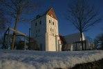 Heliga Kors kyrka i vinterskrud. Foto: Martina Karlsson