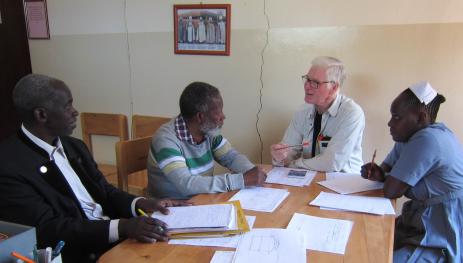 Här är Gunnar Brycke och Syster Adventina i samspråk med Samson Rugaiza.