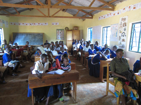 Vår nuvarande skolsal med minst tre olika klasser i samtidigt. Därför behövs verkligen den nya.