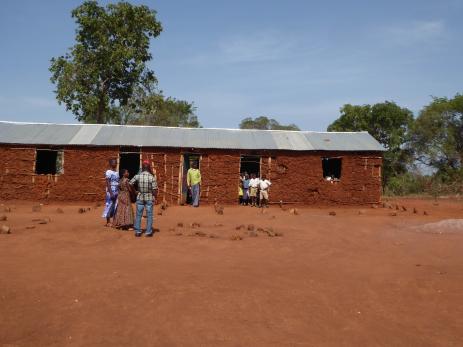 Lokal skola, för ca 200 barn, som saknar toaletter.
