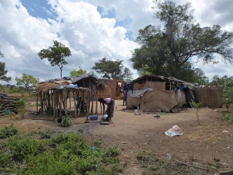 Huset på vår farm i Kiteme är nu klart,  men det behövs förråd och toalett.