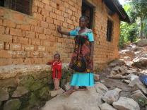 En mamma som bodde med sina två barn och gamla mor under mycket svåra omständigheter.
