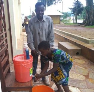 Här visar en av våra anställda hur viktigt det är med handhygienen.