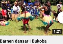 Barnen dansar i Bukoba