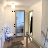 Hall ovanvåning, mot gästrum & badrum, stora huset