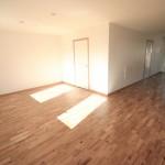 Vardagsrum med ekparkett och härligt ljusinsläpp