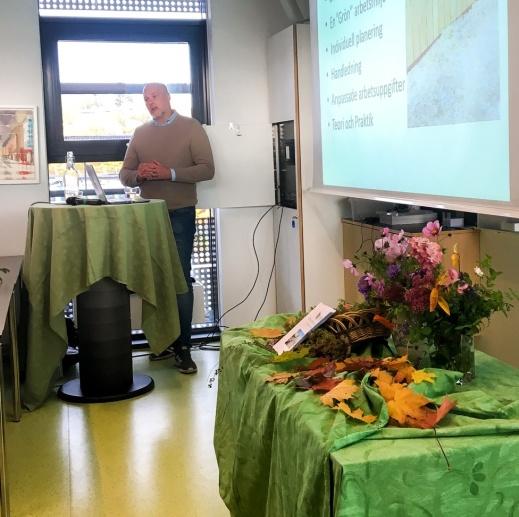 Mikael Andersson från Eko-odlarna i Telje berättade hur kooperativet växt fram. Foto: Micka Hahne