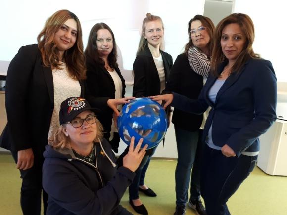 Huvudrollen i det dramaturgiska inslaget, en deltagare, spelades av Maria Öhman, i keps. Övriga medverkande, som representerade olika myndigheter, från vänster:Lilian Khader, Maria Anger, Johanna Thunholm, Mari Ganson ochAnahita Javani.