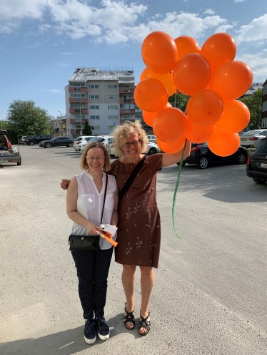 Bettina Och Kirsi med ballonger.