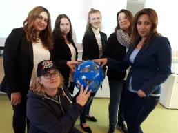 Huvudrollen – en deltagare – spelades av Maria Öhman,  i keps. Övriga medverkande, som representerade olika myndigheter: från vänster Lilian Khader, Maria Anger, Johanna Thunholm, Mari Ganson och Anahita Javani.