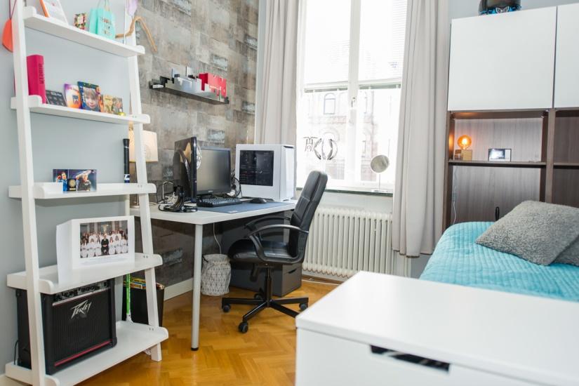Tonårsrum med plats för skrivbord och förvaring
