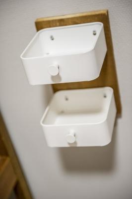 Hmm, sängbord till 24 sängplatser och begränsad budget. Hur gör vi? Vi  skruvar upp Ikeas badrumslådor ENUDDEN på överblivna trästycken. Lådorna kan tas ner och tvättas....praktiskt.