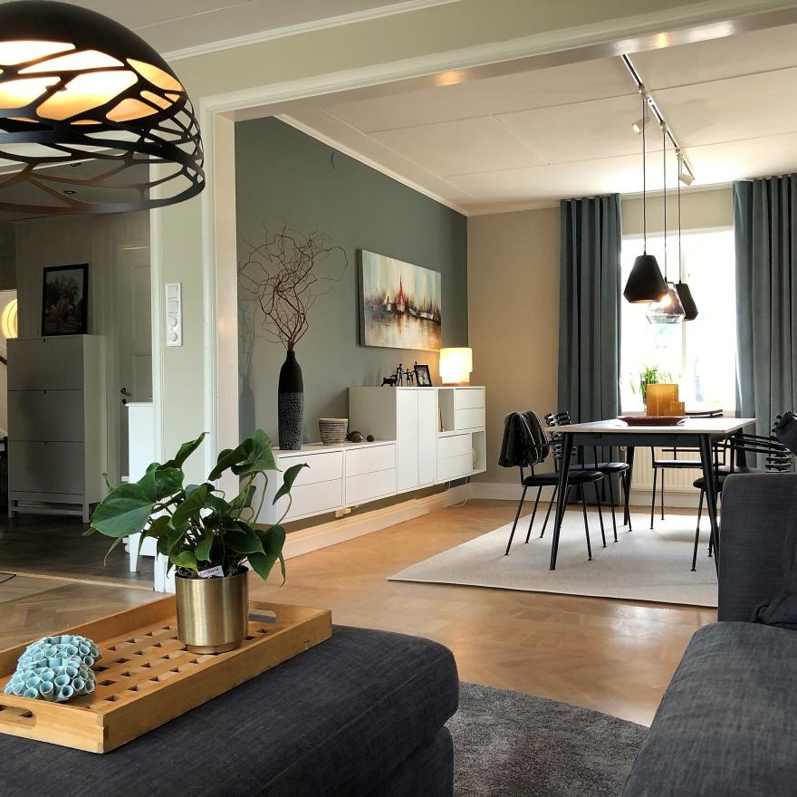Ikea Eket. Matsal med Rowico matbord Fred och Naver stolar. Detaljer från bland annat On interior. Väggfärg från Jotun Lady.