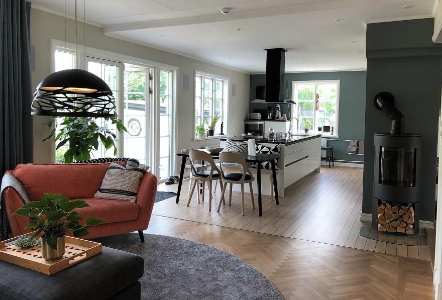 Kök med ny väggfärg från Jotun Lady och stolar Colibri från Hans K. Fåtölj Madison från Mio. Rund matta Kjellbergs Mattor.