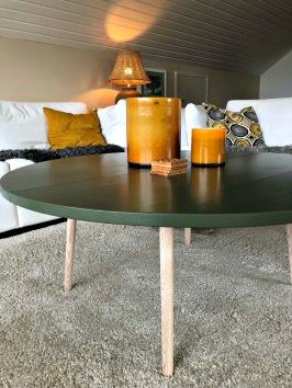 DIY och återbruk i ett. Ett gammalt kasserad matbord i furu blev till stort runt soffbord med ben från PrettyPegs.se och Lady Jotun gröna färg. Organic Green.
