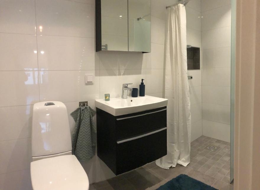 Nytt badrum med nya badrumsmöbler och duschhörna, tvättmaskin fick också plats