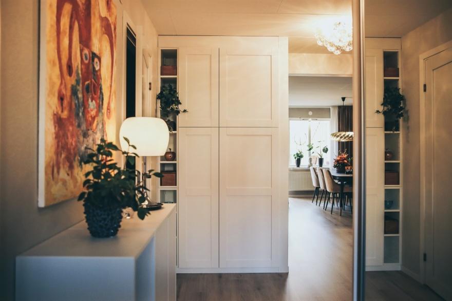 Ny inredning i den nu välkomnande hallen, mer och praktisk förvaring, färgklickar som välkomnar dig hem