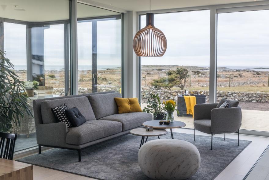 Vardagsrum med havsutsikt inred med matta från Kjellbergs mattor, lampa Octo från Secto Design.