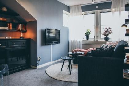 Myhres & Coey ser till att du går i mål med din renovering och får en funktionell sammanhängande inredningsdesign, som i detta nyrenoverade tv-rum