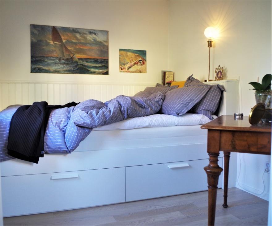 Alkov eller mindre sovrum. 2 rum och kök blev till 3 rum och kök i denna 54 kvm lägenhet i Varberg. Compact Living kan man vist säga.