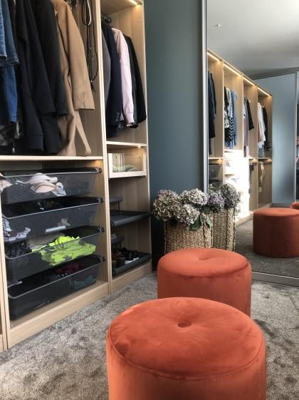 En inredningskonsultation med Myhres & Coey kan handla om färgval, belysning, ändring av planlösning eller som här förvaring i form av en klädkammare/Walk-in Closet
