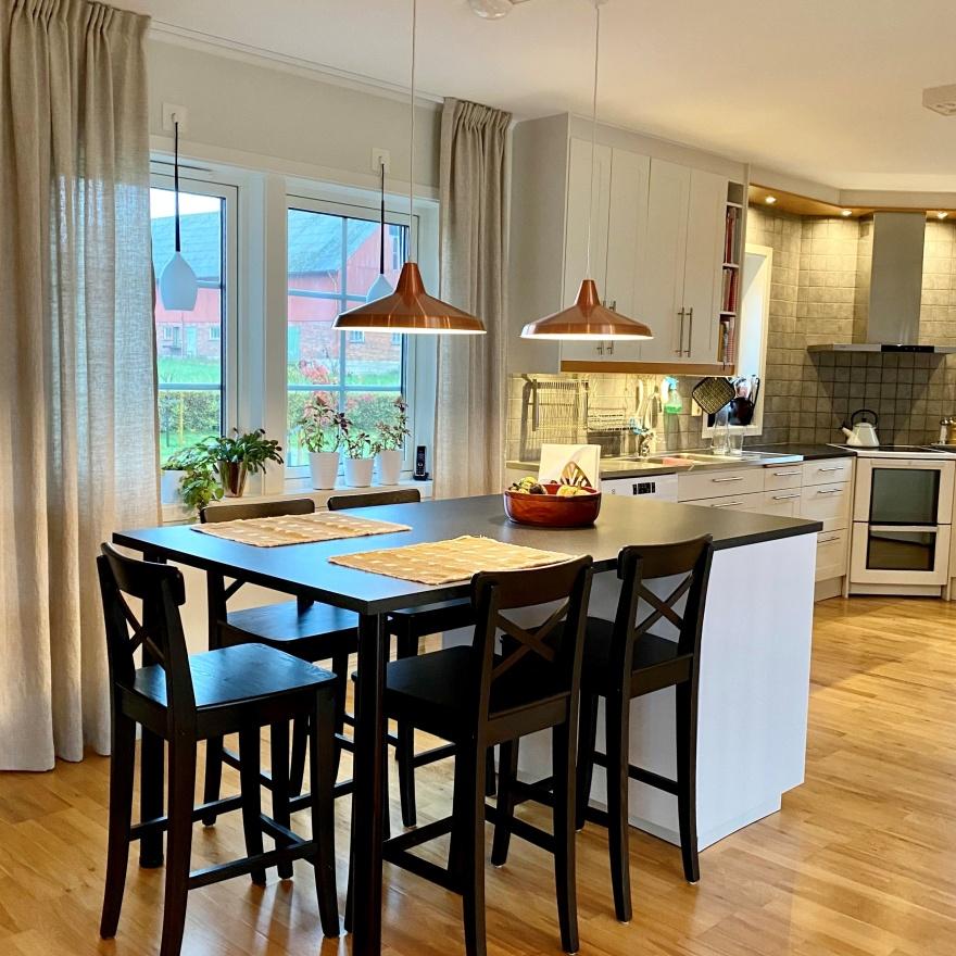 Myhres & Coey uppdaterade köket med en praktisk köksö med extra förvaring och sittplatser för hela familjen.