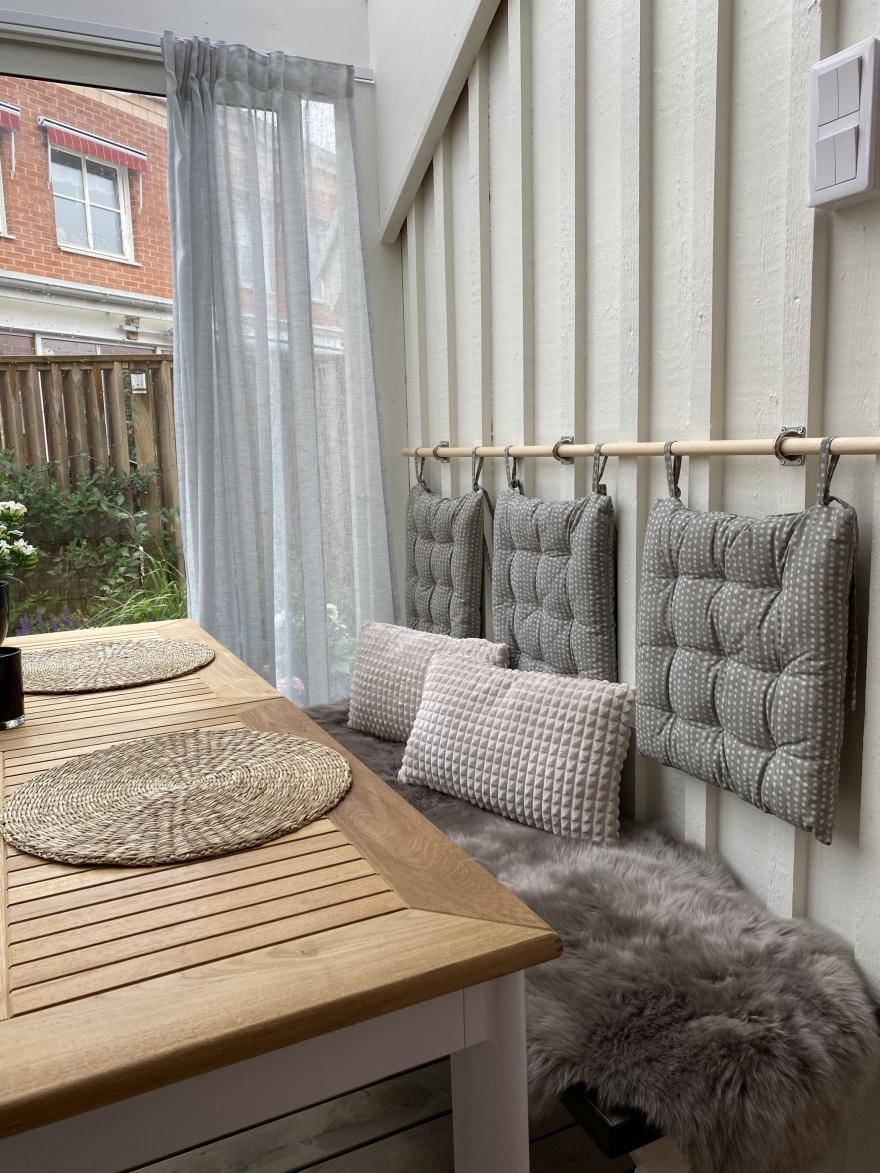 Ett utdragbart bord och bänk ger möjlighet för att anpassa antalet sittplatser.  Flexibilitet var viktigt i dette nybygda uterum i Apelviken, Varberg.