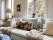 Homestyling närbild soffa kuddar fönsterdekor Gemrud