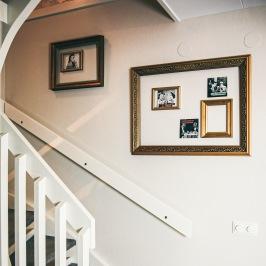Ramar från loppis och roliga vykort. En väggdekor som går att ändra efter humör. Ett roligt återbruk.