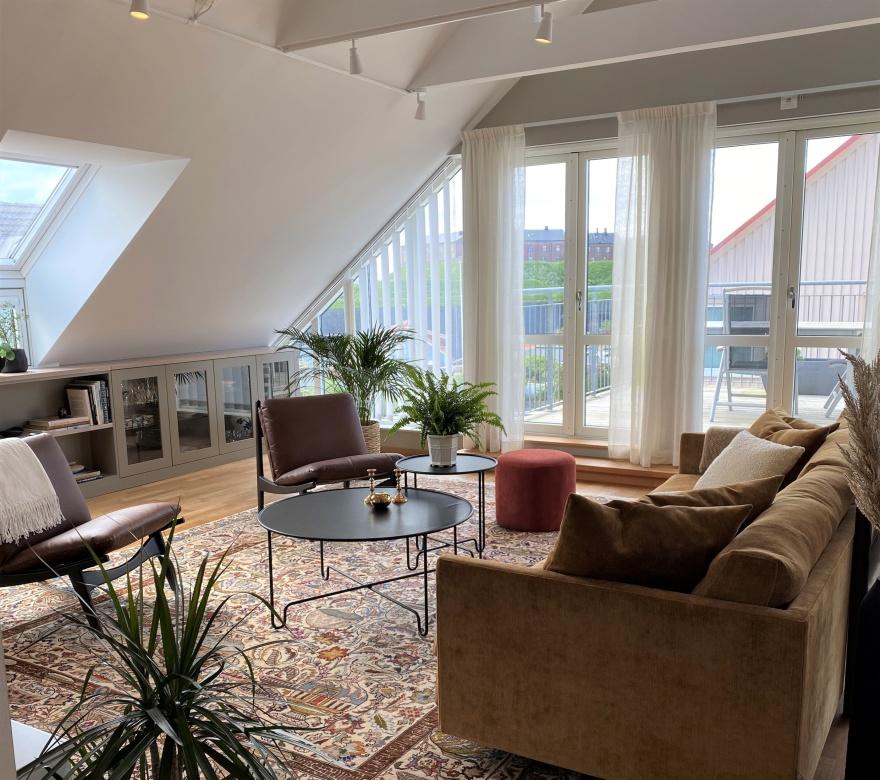 Vardagsrum med platsbyggd förvaring. Renovering och interiör  av inredaren från  Myhres & Coey.
