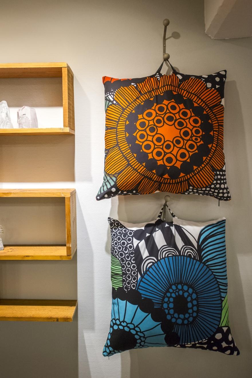 Extra sittkuddar med stropp för att hänga på väggen när dom inte används. Välj ett kraftigare tyg.