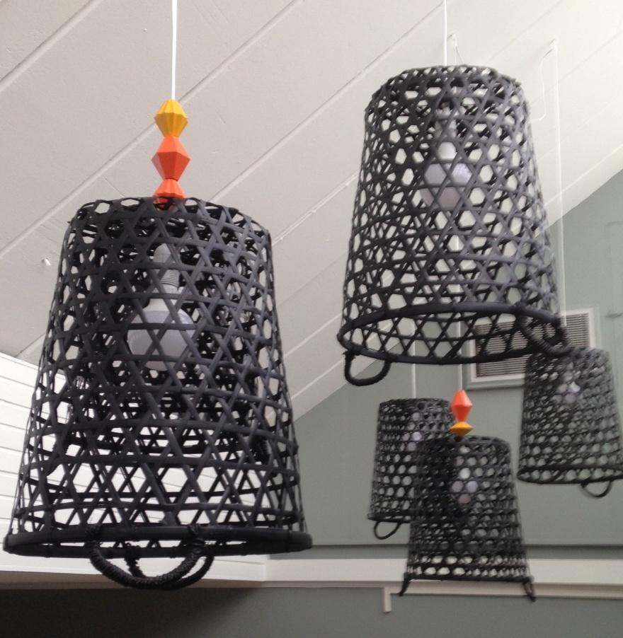 Ännu ett kreativt hack. Här blev det lampor gjorda av tvättkorgar och Ikeas sladdekor för att ge färg och kontrast mot det vita taket.