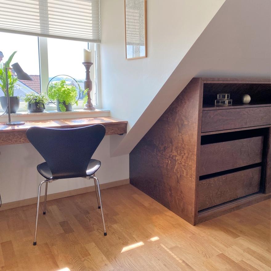 Platsbyggd förvaring och skrivbordsyta i sovrum ritat av Myhres & Coey