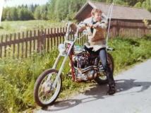Posa på sin första tunga motorcykel, som sedermera kom att bli en utställningsmaskin i sitt nya liv.
