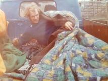 Hotell VW Transporter. Täcke och dyna på flaket. Hoppas det inte börjar regna.