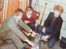 Här studeras en fyrventilstopp som Tony Rickardssons pappa Stig var i sin tur var pappa till. Dessa toppar blev sedermera förbjudna.