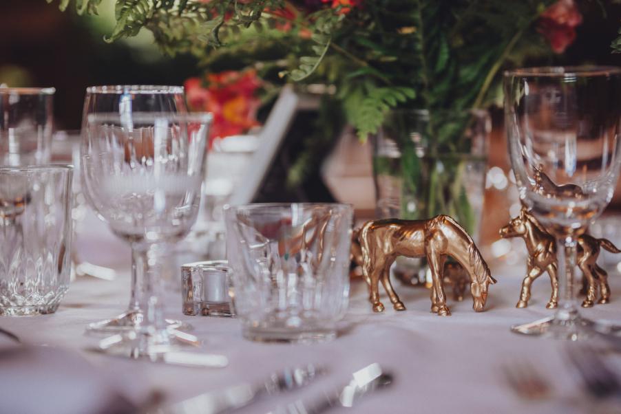 Vad passar väl bättre vid ett lantligt bröllop än hästar?! Här har vanliga leksaksfigurer sprayats med guldfärg!