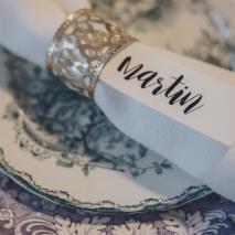 namnlapp, bordsplacering, dukning, dukningstips, dukningsinspration, vintageporslin, bröllopsdukning, festdukning