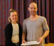 Anders tar emot Årets uppskattning, överlämnad av ordf. Karin Vedin.