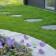 Stegsten nerfällda i gräsmattan skapar en inbjudande stig