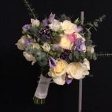 Handbunden brudbukett i årets trendfärg lila