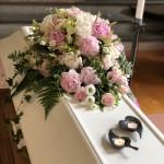 Sommarkänsla med pioner och rosor i rosa toner