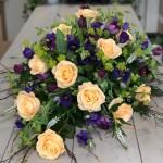 Kistdekoration med vårkänsla med toner i aprikos/lila